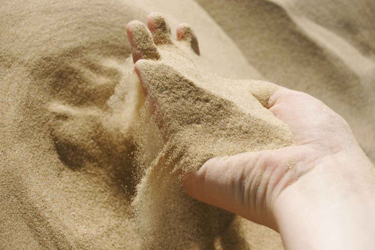 Для чего нужно проводить пескование газона